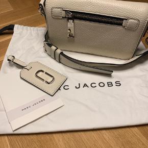 """Cross-body taske fra Marc Jacobs i farven """"Off-White"""". 100% kalveskind. Aftagelig og justerbar rem H: 11 cm B: 20 cm D: 6 cm"""
