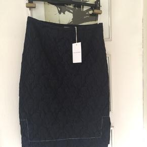 """Ski nederdel/pencilskirt i str 36. Passer også str 38. Sort bund med blå """"damer"""". Ny med tag. Nypris 1300.- Pris 400,- pp"""