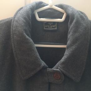 Flot sjal fra Lene sand i cashmere uld. Perfekt til vinteren med en sweater eller blazer under. BYD gerne