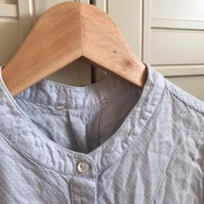 Lyseblå skjorte med kinakrave og uden ærmer. Fint mønster i stoffet og knapper hele vejen ned..  🌼Bytter ikke🌼 🌸Kan afhentes eller sendes igennem Trendsales på købers regning🌸  #trendsalesfund