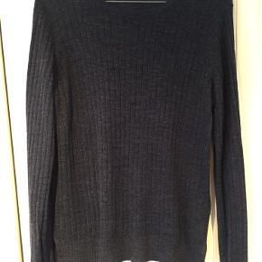 Sælger bluse/tynd pullover fra Vero Moda. Den er i fin stand med brugt. Størrelse M