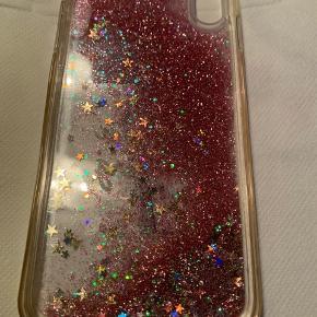 Plastik Cover til iPhone xs Max - ligner en neglelakflaske m/lyserød glimmer. Brugt 1 gang