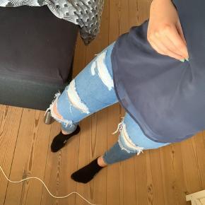 Super flotte højtaljede bukser med huller! De sidder virkelig behageligt. Det er stretch i trådende ved hullerne, men nogle af dem er blevet revet over- derfor de sættes som 'god, men brugt'. Lommer både foran og bag  ‼️Mængderabat gives‼️  Jeg er 168 cm høj