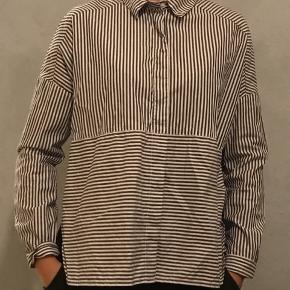 Jeg sælger denne fede skjorte fra Monki, str. xs. Den er åben i begge sider (slids). Den er aldrig brugt, kun taget prismærket af