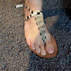 Flot sandal fra Sofie Schnoor med similisten og zebra mønster. Str. 39. Gode men brugte.