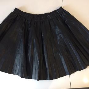 Bytter ikke. Elastikken i taljen og normal i størrelsen. Fin stand, læder nederdel. 🌷Sælges kun via Køb-nu funktion.🌺