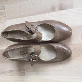 Grå-beige sko med hæl, rem og rundt spænde. Fremtræder velholdt og næsten som ny.