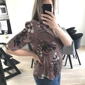 Super sød bluse i str. L - passer også en M. Den er aldrig brugt.   Pris fra ny 399,- nu kun 150,-