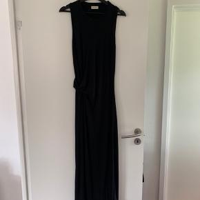 By Malene Birger kjole i str m sælges. Brugt en gang.  Stoffet er der en smule stretch i. Der er slidse i højre side og i venstre side folder den så der kommer en fin struktur og form i kjolen.   Nypris 2000 kr