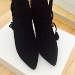 Varetype: Ankelstøvler Farve:sort  Super flotte Ankelstøvler fra Sophie Schnoor i sort ruskind.  Bytter desværre ik