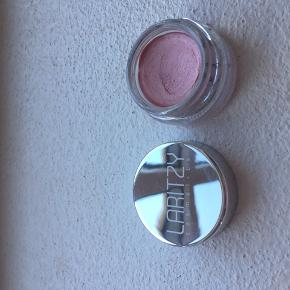 Fin lille creme highlighter i lys rosa farve. Kan både bruges på kindben og øjenlåg. Brugt et par gange.