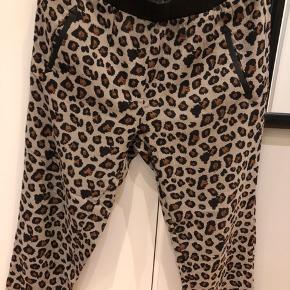 Fede bukser til forår/sommer. Lidt baggy style. Taljestykket er lavet i læder. Super fede.