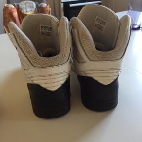 Halv brugte sko sælges til en god pris. Brugt maks 5 gange, er bare ret beskidt. Skriv for mere information. BYD