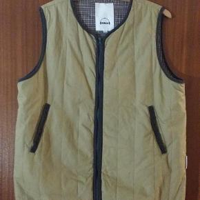 Style: 8.112.920 baba.   Bredden over brystet (målt fra armhule til armhule) er ca. 60 cm.