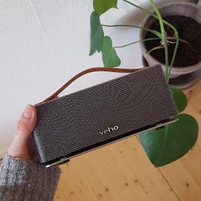 BYD! Højtaler fra Veho. Oplades med mini-USB. Holder strøm utroligt godt, har selv ladet den op 4 gange på 3 år.  Nyprisen var omkring 1000 -