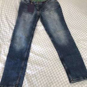 2 par helt nye og ubrugte herre jeans. Købt i forkert str. Samlet pris 500kr