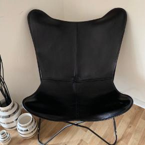 Flagermus stol med ægte læder. Nærmest aldrig brugt. Dog er der kommet en lille rids, højest sandsynligt fra min kærestes arbejdsbukser. (Kan ses på billedet) Derfor er prisen sat lavt, står bare til pynt. Nypris 2600kr
