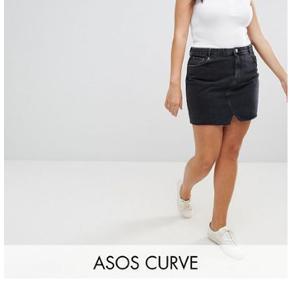 """Sort denim nederdel fra Asos Curve - """"ASOS CURVE Denim Pelmet Skirt in Washed Black"""" i str. 54. Er brugt meget få gange, så den er næsten som ny. Sælges kun pga. vægttab. Nypris: 255 kr.   BYD (pris skal være inkl. fragt)"""