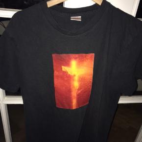 Suprême tee (Jesus Christ) meget rare og svære at få fat på da de  droppede.   Køb den til kun 250 kr. Meetup eller sendes med t&t  ———————————————————  Solgt til ——Frederik Høncke———  /Oui Clothing/