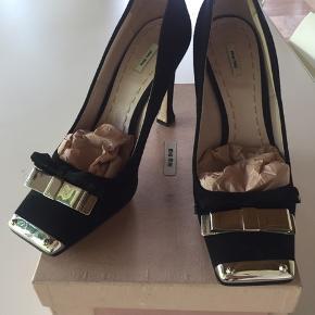 Smukkeste Bow tie Miu Miu heels i mat sort crepe med flotte sølvmetal detaljer.  Spottet på Mary-Kate Olsen.   Str 39 Komner i original æske med Dustbag og ekstra hældutter. Brugt sparsomt.