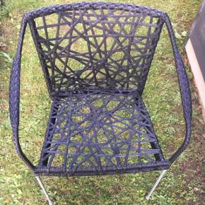 Super fed stol der kan stå udenfor. Den skal afhentes i Hjallese Byd hvad du vil, skal bare af med den da vi flytter ;)