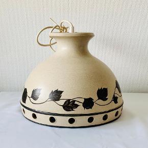 Stor og flot pendel fra Kæhler. Sandfarvet med sortbrun blad dekor. Diameter: 31,5 cm Højde: 25 cm Mærket HAK Denmark