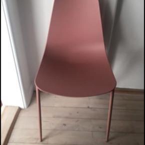 Rosa stol fra Søstrene Grene. Fejler intet.