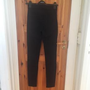 Fede Magasin Skinny Jeans. Brugt kun et par gange, som ny. Købt for lille desværre🙄🤷♀️ Har samme i mørkeblå, sælger begge for 150 kr.