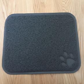 Fin og diskret kradsemåtte til katte.  Måler 45x37 cm.