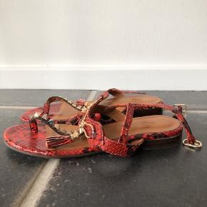 BYD GERNE! Billi Bi sandaler. Købt sidste år. Kun brugt få gange. Str. 38. Har ingen synlige tegn på slid, og fremstår derfor som nye. Skriv for flere billeder.