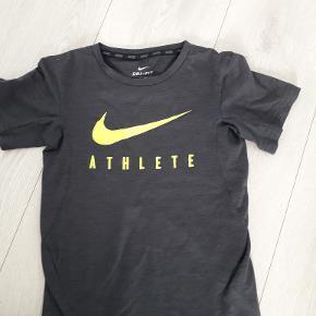 fin Nike t-shirt dri fit  str 6-8 år