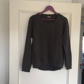 Vero Moda strik trøje i str. L. Nypris 450kr. Den er brugt er par gange, men fortsat rigtig fin.