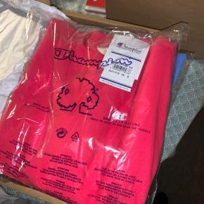 Champions sweatshirt som stadig er i pakken, sælges da den ikke længere kunne sendes retur.  Som sagt, helt ny, stadig i posen og med prismærke på Byd