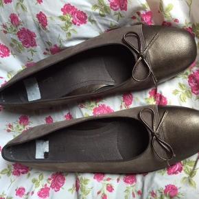 Varetype: lækker ballerina med lille hæl Størrelse: 41 / 41½ Farve: brun Oprindelig købspris: 600 kr.  Superelegante brune ballerinas i nubuck.    Der står angiver str. 7½ F i skoen, hvilket skulle svare til str. 41 / 41½ ifølge ARA's shoe size converter.    De er virkelig lækre, og hælen er ca. 2 cm høj.    Aldrig brugt.  Fin lille sløjfe på front.