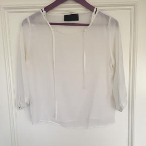 Virkelig fin trøje fra Mafi Woman i str. M. Gennemsigtig og helt hvid.  Brugt ganske lidt.