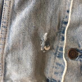 Vintage Levi's denim jakke. Slidt på den fede måde. XL fitter også L oversize. Funker til både kvinder og mænd.