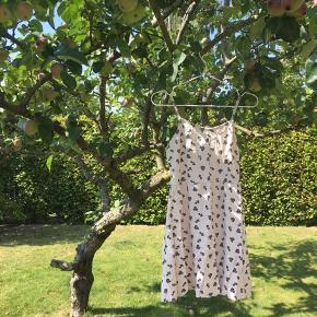 Fin sommer kjole med lynlås i ryggen. Rigtig god til det varme vejr. Sælges for 90kr inkl. fragt