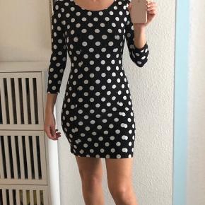 Varetype: Kjole Farve: Hvid,Sort Prisen angivet er eksklusiv forsendelse.  Smuk tætsiddende 60'er agtig kjole fra H&M. Helt som ny.
