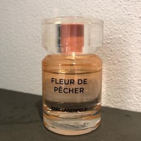 Karl Lagerfeld Fleur de Pécher, 50 ml. Kun brugt en smule som billedet viser.