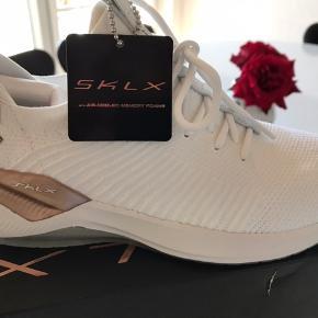 SKLX Skechers Luxury White Rose Gold  Super super lækre sneakers  sprit nye! Måler 23,5 cm.