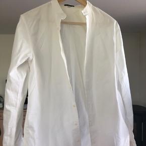 Hvid Ann Demeulemeester skjorte. Næsten aldrig brugt. Kinakrave og er slim fit