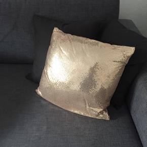 Pudebetræk med guldpalietter inkl pude. Mål: 40x40cm.  Afhentning på Frederiksberg. Ønsker IKKE at bytte til andet😊  Ønsker køberen den tilsendt, betales fragt naturligvis af køberen.