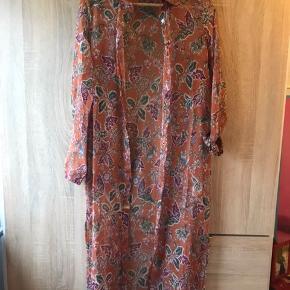 Lækre efterårsfarver 🍁  Kan bruges som kjole eller kimono over et par lækre jeans