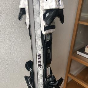 Atomic ski 157cm. Meget lette.   Brugt 7-8 sæsoner og sælges derfor billigt.  Man kan godt se de har været brugt, men de fungere stadig fint.