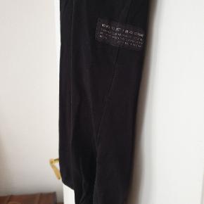 Longline t-shirt fra Ashes To Dust med rund bund og slidser. God kvalitet fra et gennemført brand.  Ingen huller eller anden slitage. Vasket allergi venligt.