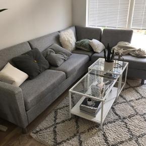 Splinter ny sofa sælges grundet flytning.  Nypris 8.000, se nedenstående link: https://www.bilka.dk/bolig/sofaer/hjoernesofaer/bern-open-end-hjoernesofa-venstrevendt-metalben---lysegraa/p/100360076