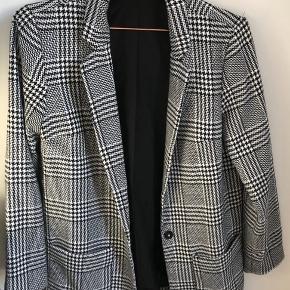 Sælger denne fine blazer jakke i sort/hvid houndstooth mønster, der er købt i H&M Auckland, NZ. Brugt meget lidt, så den er næsten som ny! Har 2 gode lommer foran🤍