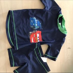T-shirt, bade og shorts pakken i str 104 i mærkerne: H&M, VRS, Entry, Name it, Ellos. Tøjet er i pæn stand, ingen huler eller slid. Pakken sælges i 1 salg, prisen er fast, da stk er ca 14,28 pr stk, billigere ind butik/genbrug. Pakken kommer fra et ikke ryger hjem, vasket i neutral, sender gerne men modtager betaler. Pakken består af 21: 10 t-shorts 1 bade sæt 9 shorts