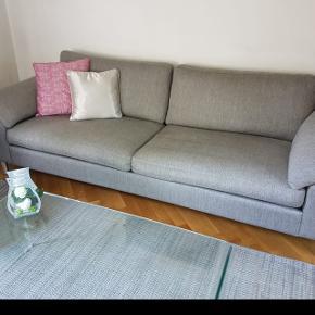 Canapé 4 places, récent, très bon état. À venir chercher sur Renens.