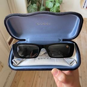 Jeg sælger mine smukke solbriller fra Gucci.  Modellen hedder GG0516S, med farvekoden, 001, og er fra kollektionen, 2020. Etui, silkepose og pudseklud medfølger.  Minimale brugstegn, ser ud som nye.   Nypris 2600 kr.   De kan afhentes eller sendes med DAO (køber betaler for fragt)